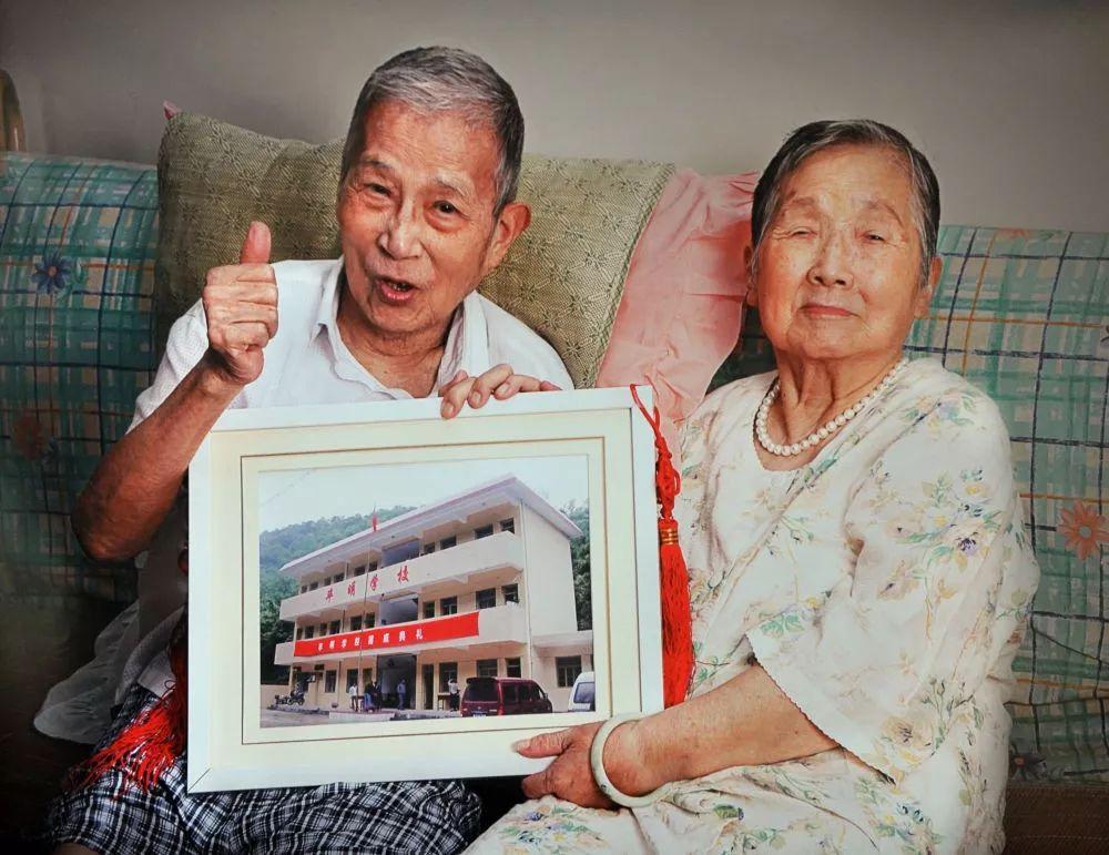 老夫妻裸捐上海两套房和百万现金