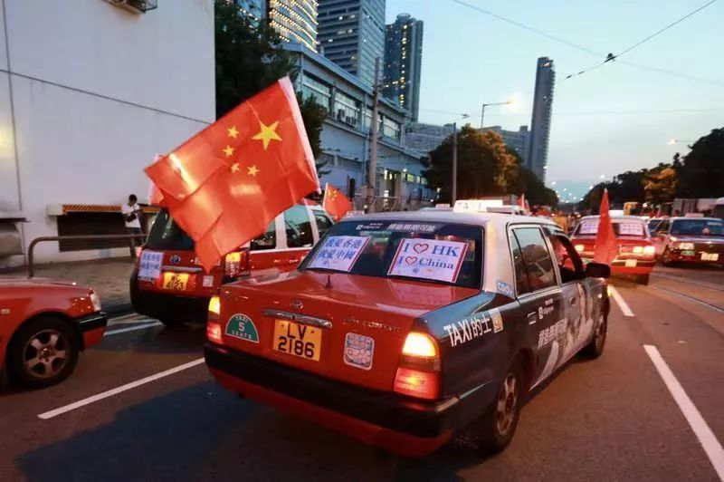 """邪不压正!香港示威者搞""""人链"""",百辆的士彰显爱国情怀"""