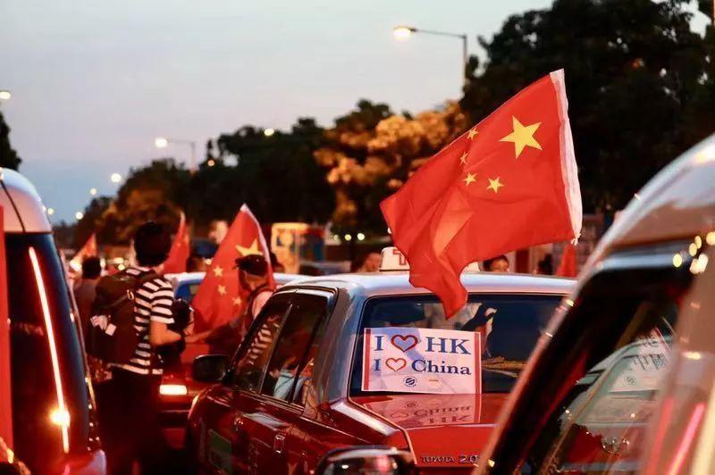 """邪不压正!香港示威者搞""""人链"""",百辆的士彰显爱国情"""